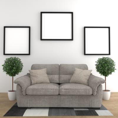 divano su parete bianca